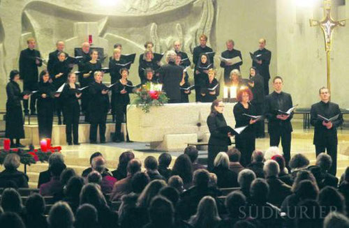 Mit seinem Adventskonzert begeisterte der Konstanzer Kammerchor rund 300 Zuschauer in der Bruder-Klaus-Kirche.  Bild: Hanser