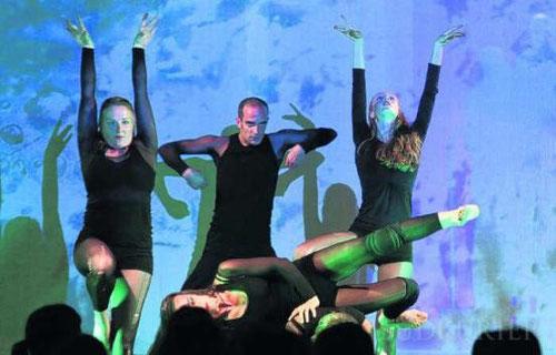 Ausgefeilte, ausdrucksvolle und aussagekräftige choreographische Figuren bot die Tanzgruppe der Universität Konstanz. Bild: Hanser