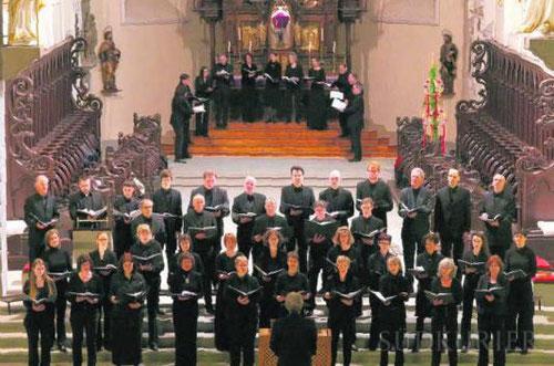 Mit der Aufteilung seiner Sängerinnen und Sänger erzeugt der Kammerchor Konstanz in der Stefanskirche eine frappierende Raumwirkung und meistert souverän hochkomplexe Stimmführungen. Bild: Hanser