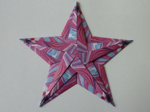 Besonders schöne Exemplare erhält man aus gevierteltem Faltpapier von kefro (hier: Marmorpapier Blau-Rot)