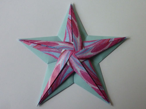 Muster kommen gut zur Geltung. Hier der Innenstern aus gemustertem, der Grundstern aus einfarbigen Papier.