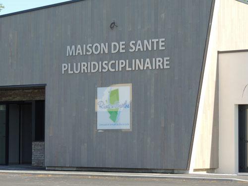 Lettres découpées en Alu anodisé avec relief en PVC 19 mm, logo Rives de Sarthe en vitrophanie sur plexi incolore Maison de Santé Ste Jamme sur Sarthe