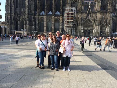 Foto vor dem Dom mit einer Reisegruppe im Sonnenschein, Köln Roncalliplatz