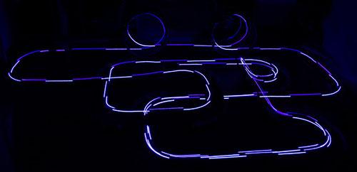 Blaue Spuren eines Polizeiautos auf Carrera-Bahn - ISO 100, Bl. 3,5, 10 Sekunden, -1,0 LW, 18 mm
