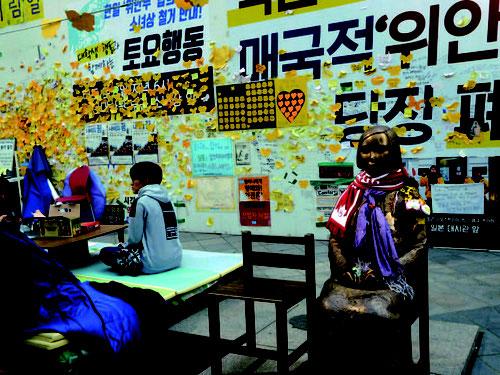 ソウル日本大使館前のキム・ソギョンとキム・ウンソ ン「平和の少女像」(2011年作)撮影:菅間圭子