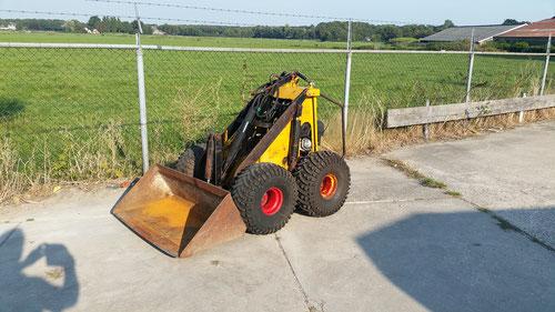 Skidster mini shovel met Honda bezine motor 4 nw banden 4500,- marge