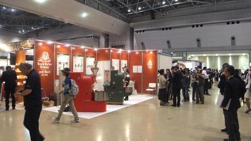 カフェバッハのブース。日本スペシャルティコーヒー協会の会長でもある田口先生がNHKあさイチの取材を受けていました。