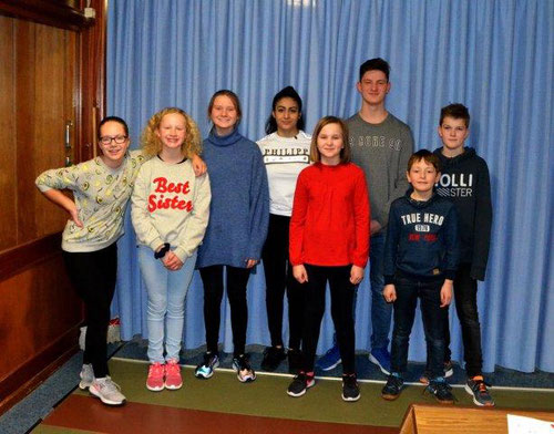 v.l. Anjetta, Leni, Charlotte, Jenna, Vasily und Nils. Vorne in Rot Emilia Sophie, daneben Julian,  die beim Nachwuchswettkampf teilgenommen haben.