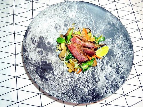 """Teriyaki Steak & Veggies auf der Servierschale """"moon"""" von kikkerland"""