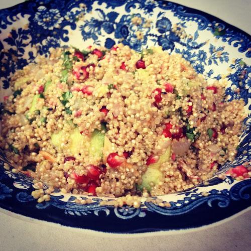 Quinoa-Avocadosalat mit gerösteten Mandeln & Granatapfel
