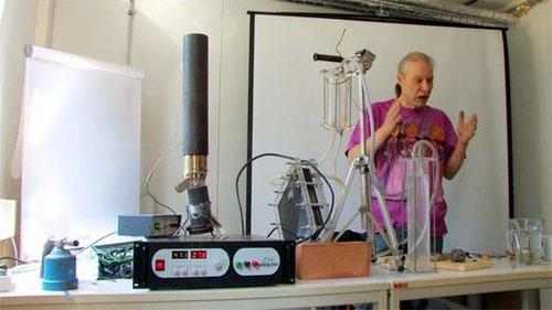 Peter Salocher mit einer DryCell zur Hocheffizienzelektrolyse, gebaut aus einfachsten Materialien