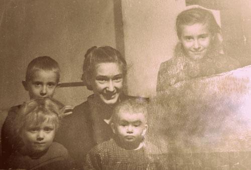 Jakob, Aneta, Ida, vorne Rosa und die kleine Erna