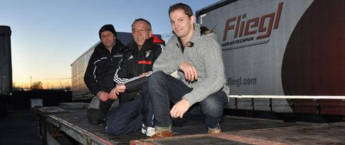 Ortsbesichtigung: Kunstturner Sebastian Mirz mit Trainer Werner Klöpper und Fliegl-Mitarbeiter Manfred Frank (von rechts), der bei der ersten Testfahrt am Steuer des 470 PS-starken Sattelauflegers saß.