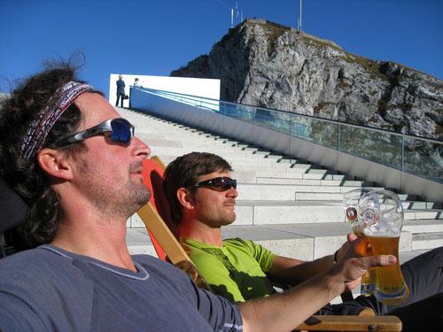 Das verdiente Bierchen - Im Hintergrund der Gipfel des Esels (2119m)