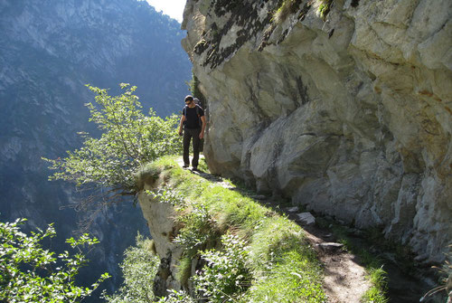 Alex auf dem steil abfallenden Pfad neben der kleinen Suone