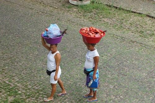 Die Fischverkäuferinnen gehen von Haus zu Haus.