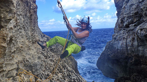 "Tanja ""klettert"" an der Wied il-Mielah Arch auf der Insel Gozo"