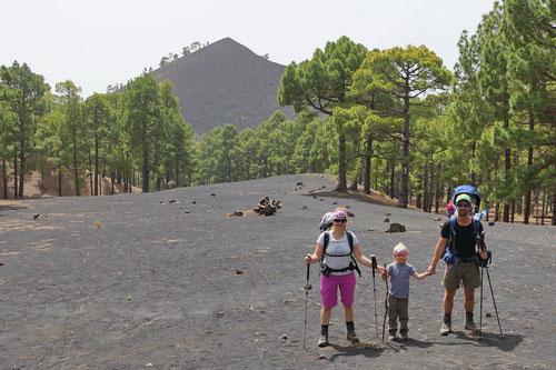 Die Wandergruppe unterwegs auf der Vulkanroute