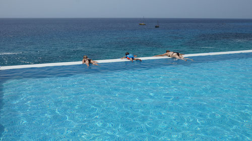 Der Pool der Anlage Stella Maris oberhalb des Meeres!