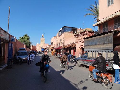 Auf Marrakeschs Strassen ist alles in Bewegung. In noch so engen Gassen fahren Velo- und Motorräder!