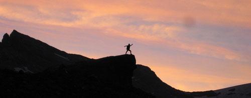Olli auf dem Fels der König der Löwen. Der Tag bricht an.