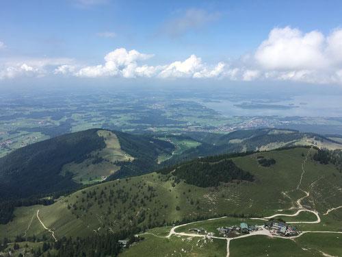 Blick auf die Steinlingalm und den Chiemsee
