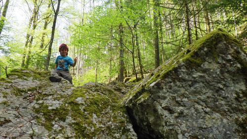 Kraxel auf und über die Felsblöcke.