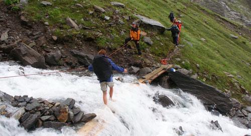 Abenteuer pur: Barfuss durch den Bergbach