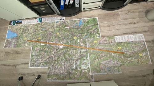 Planung der Etappen. Eine Holzlatte weist den direkten Weg nach Innsbruck, die Post-it's die Etappenziele.