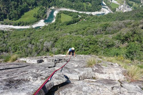 Am Monte Garzo erlebt man herrliche Tiefblicke auf die Maggia.