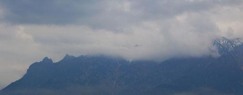 Noch schläft die Hexe und hüllt sich in ihre Wolkendecke - Das Lattengebirge