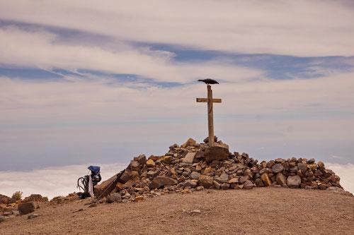 Unser Gast beim Mittagessen präsentiert sich stolz am Gipfelkreuz des Pico de Nieve (2'238m).
