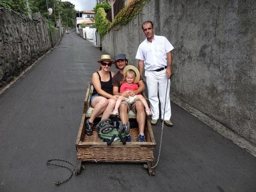 Abfahrt mit dem Korbschlitten auf dem Caminho do Monte