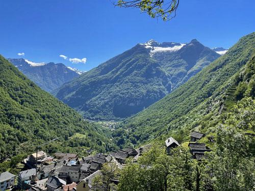 Blick auf Brontallo und das Maggia Tal
