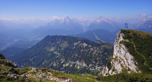 Blick zum Watzmann. In der Bildmitte erkennt man gut den Abstiegsweg nach Maria Gern.