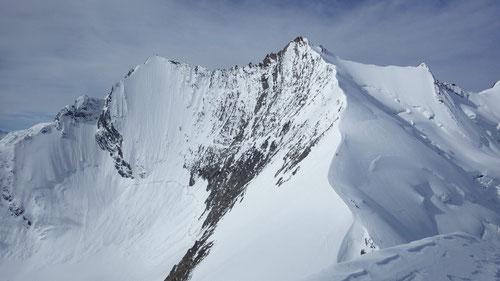 Blick zurück: Lenzspitze 4'294m, Nadelhorn 4'327m, Stecknadelhorn 4'241m (v.l.n.r.).