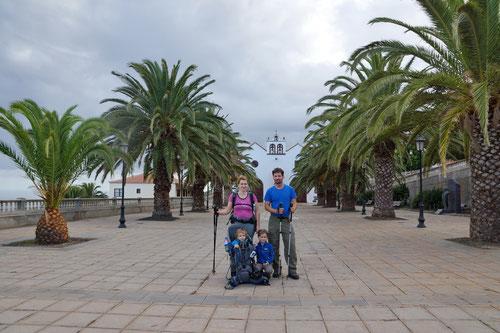Wir sind bereit! Start auf der Plaza der Kirche von Santo Domingo de Garafia.