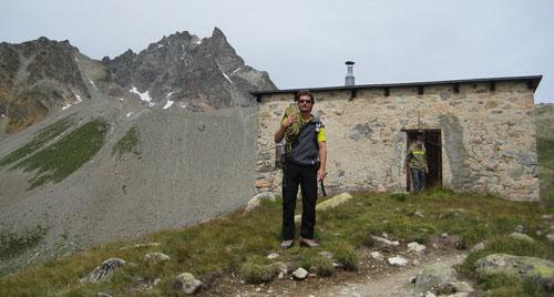 Vor der alten Es-cha Hütte (2594m). Im Hintergrund die Keschnadel.