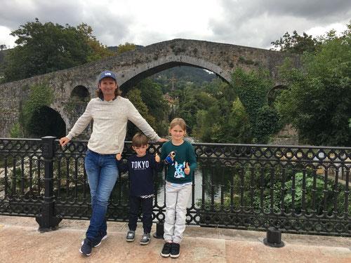 Bei der historischen romanischen Brücke von Cangas de Onís.