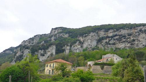 Unzählige Kletterfelsen zäumen das Val di Nava.