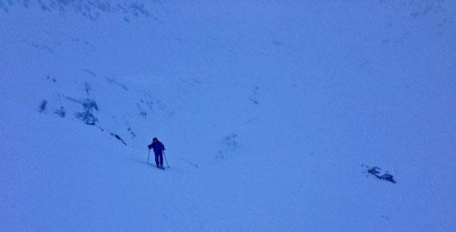 Aufstieg zum Piz Cavradi. Unten in der Talsole die Maighelshütte.