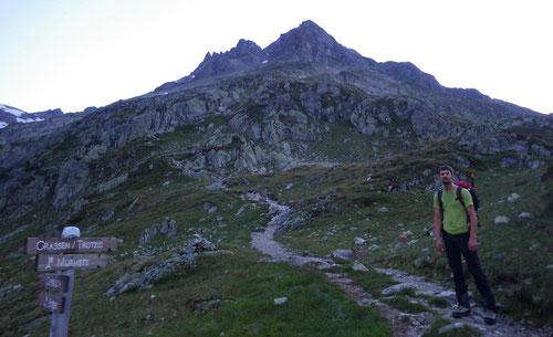 Auf dem Weg zum Einstieg. Im Hintergrund der Murmetsplangg- und Trotzigplanggstock.