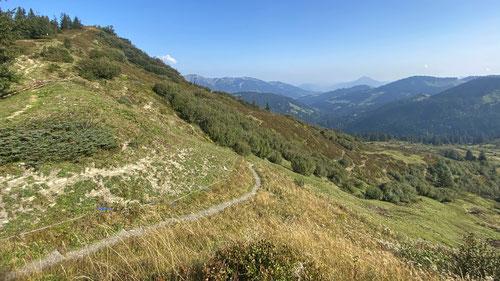 Blick nach vorne: Ganz hinten im Tal liegt Sonthofen und Bad Hindelang. Es ist noch ein lange Weg.