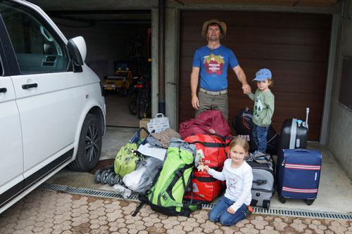 Unser Gepäck! Alles steht bereit vor der Garage.
