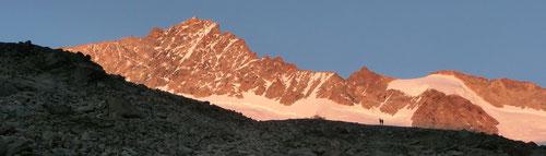 Der Nordgrat des Zinalrothorns im Abendschein (links)