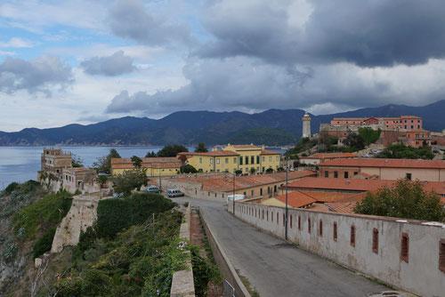 In Portoferraio. Blick auf Forte Stella.