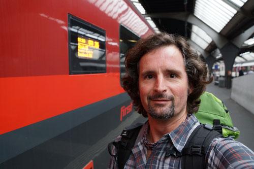 """Am Bahnhof von Zürich. Selfies sind """"in"""". Man beachte: Trockener Rucksack, rasierte Backen, gekämmte Haare, sauberes Hemd…"""