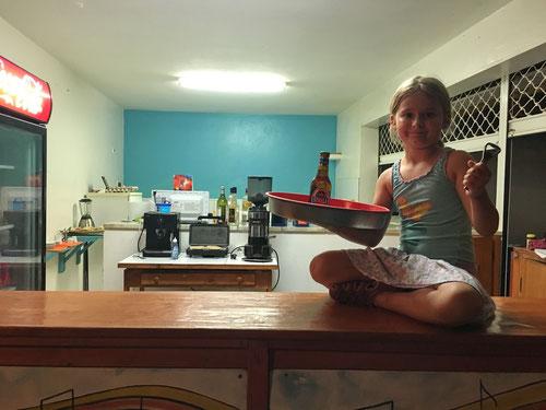 Emilia arbeitet im Restaurant Piratos Farol bei  Mirtes.