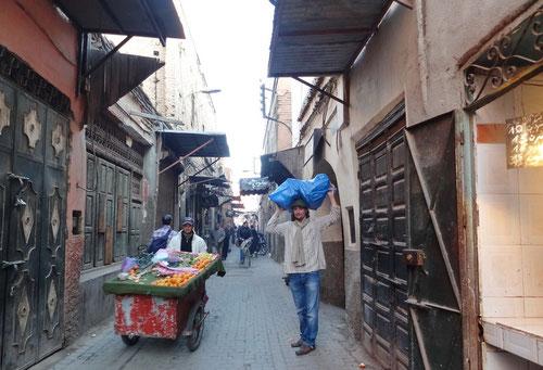 Fast wie ein Einheimischer: Transport der Einkäufe im blauen Plastiksack