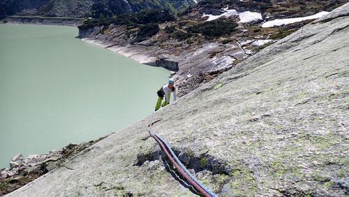 2020/06: Tanja in der Kletterroute Grims am Räterichsbodensee (CH/BE)